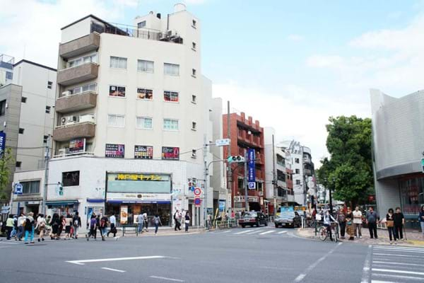 広尾駅前交差点 Hiroo Station Front Crossing.jpg